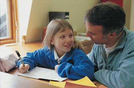 Nina-y-padre-estudiar-02A10C41